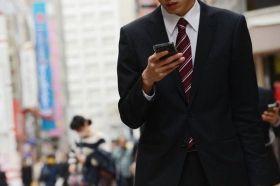 Allarme smartphone walking: gli italiani rischiano la vita con Facebook e Pokemon